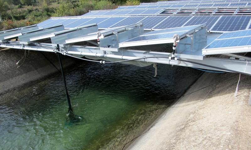 L'efficacité des panneaux photovoltaïques est elle plus optimale quand l'eau du canal les refroidit ? Si oui, les biaus pourraient se couvrir de noir luisant... (photo MN)