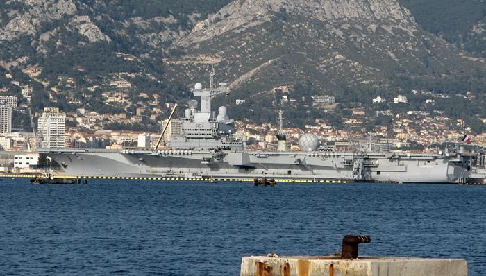 Le porte-avions Chales De Gaulle au mouillage à Toulon, où un attentat a été déjoué voici quelques jours, selon le préfet de Région (photo MN)