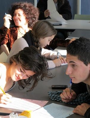 On s'amuse aussi à être studieux, juste avant le spectacle et le Reiaume (gâteau des Rois) comme ici à Nice avec l'IEO 06 en 2012 (photo MN)