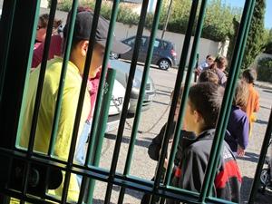 Pour parer aux critiques, la Mairie ouvre ses écoles à la presse pour un jour...mais à part les fenêtres qui ferment mal, l'essentiel des problèmes reste, lui, sous le couvercle (photo MN)