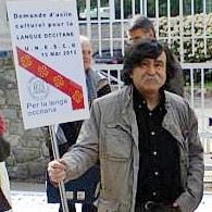 Le poète provençal Gui Matieu, ici manifestant devant l'UNESCO pour le Creo de la Talvera  (photo XDR)