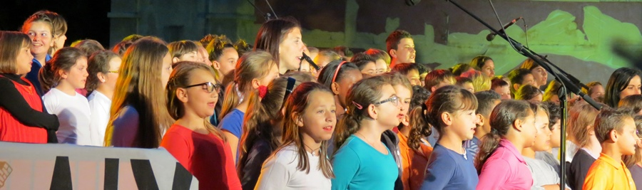 Succès public jamais démenti, les Cantejadas aixoises (ici en 2013) sont festives mais soutiennent aussi le sentiment que la communauté éducative souhaite un enseignement de la langue régionale (photo MN)