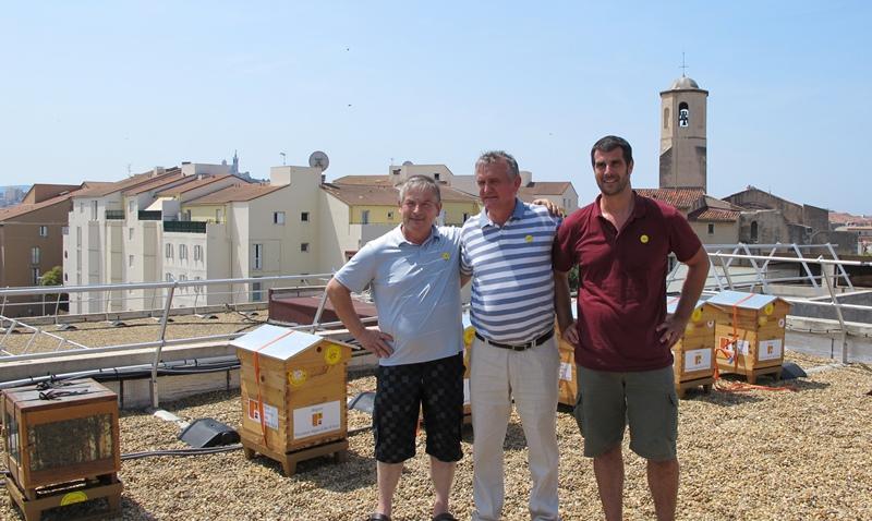En ville, les abeilles ne sont pas confrontées aux pesticides au niveau de leurs cousines des champs. Ici autour de Henri Clément (UNAFà et des apiculteurs pionniers, le toit de l'Hôtel de Région accueille des ruches depuis un an à Marseille (photo MN)