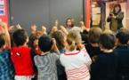 Fin mai Liza passe du temps avec les enfants de l'école de Puyloubier, qui simulent ici...un haricot en train de pousser (photo Liza DR)